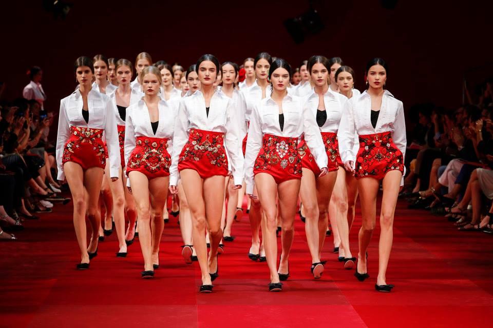 Come abbinare il rosso? Ecco come fare: dall'abito al rossetto!