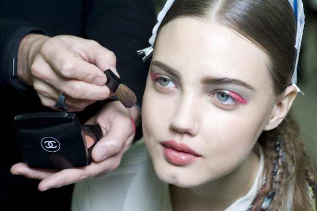 COLOR-POP-lo-sguardo-si-fa-colorato-con-eyeliner-e-glitter-dalle-sfumature-pop-Chanel_hg_temp2_s_full_l