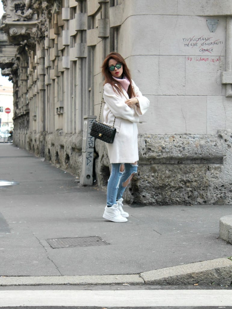 elisa bellino, white coat, over size coat, white sneakers, pink sweater, ripped jeans, red hair, milano,  fashion outfit, milano fashion week, red hair, chanel 2.55, matellassè , www.theladycracy.it