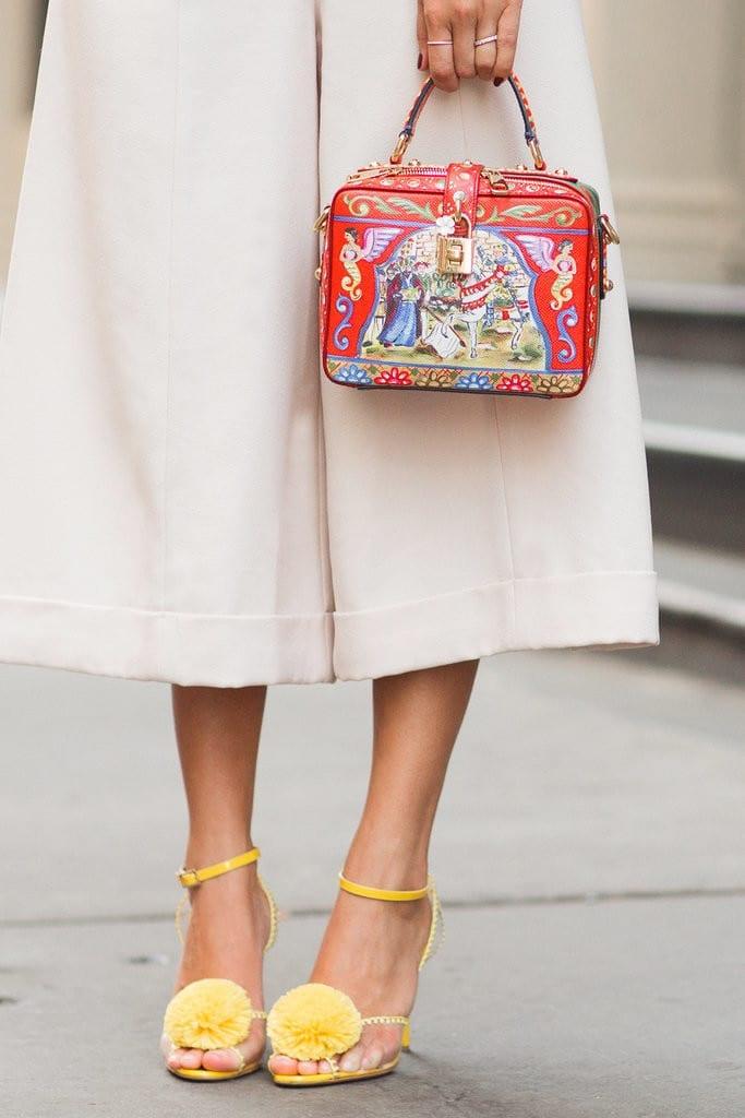 yellow sandals pom pom, come abbinare il giallo, theladycracy.it