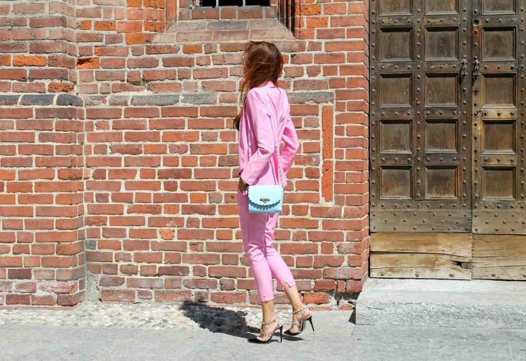 taiilleur rosa, romanzi d'amore, romantic chic outfit, pink tailleur, come vestirsi a lavoro, rockstud authentic, theladycracy.it, elisa bellino