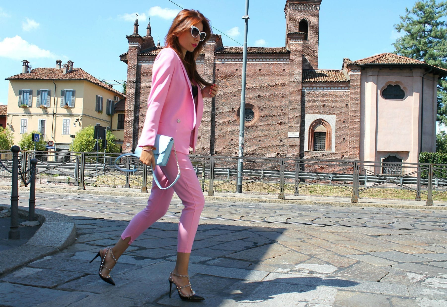 taiilleur rosa, romanzi d'amore, romantic chic outfit, pink tailleur, come vestirsi a lavoro, rockstud authentic, theladycracy.it, pink tailleur