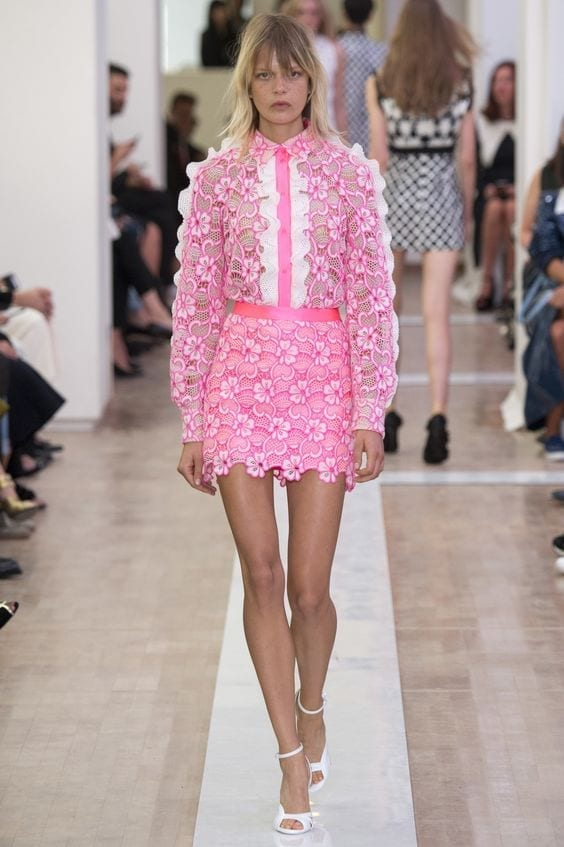 ungaro vestirsi di rosa,vestirsi di rosa, tendenze moda primavera estate 2016, tendenze moda 2016, tendenze autunno inverno 2016, chanel, sfilata chanel 2016, tailleur chanel rosa, significato del colore rosa, elisa bellino, theladycracy.it, fashion blog italia, fashion blog, fashion blogger italiane,