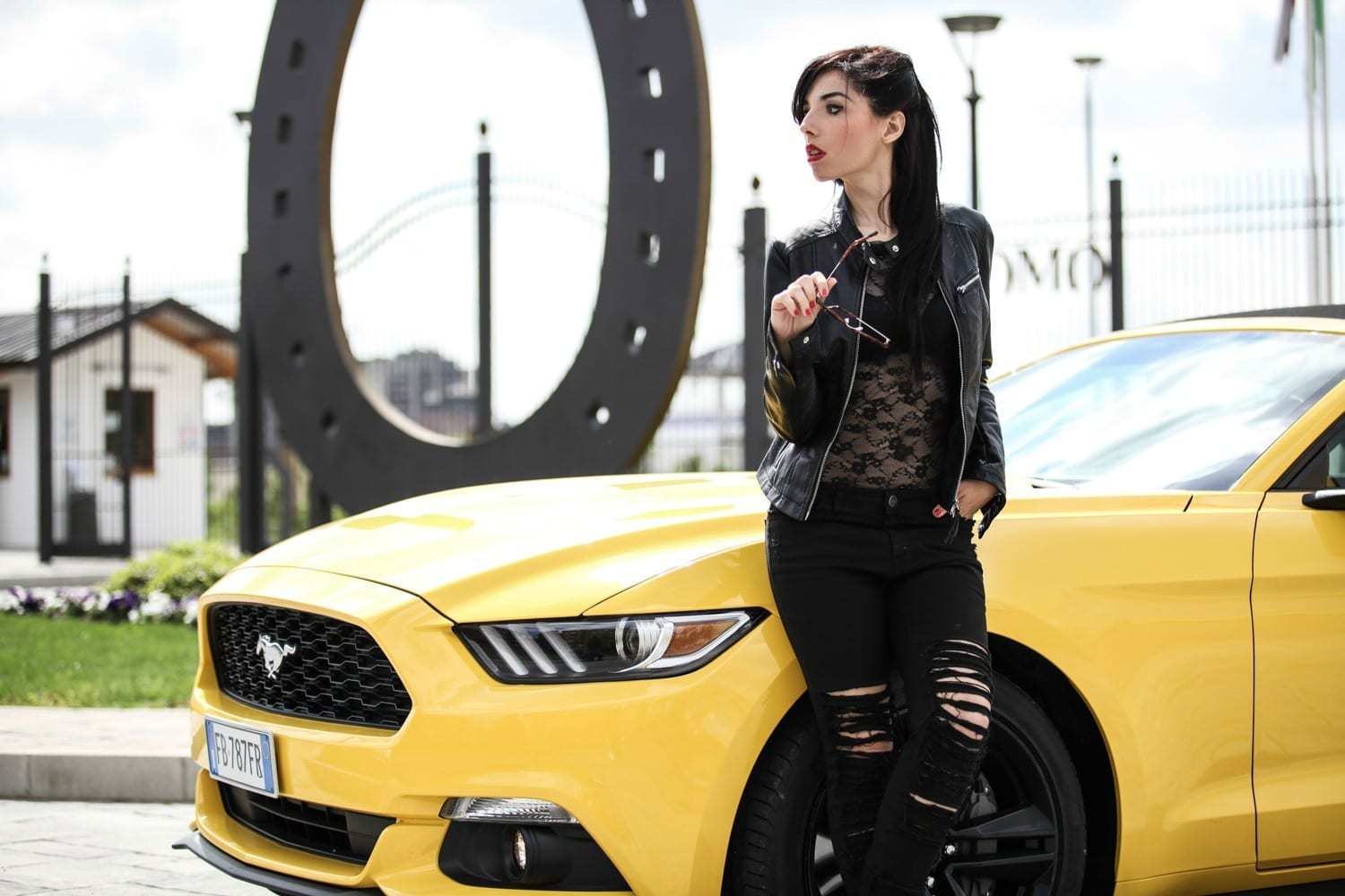 mustang, Mustang , Ford Mustang 2016, theladycracy.it, elisa bellino, fashion bloggers, fashion blog, fashion bloggers italiane, fashion blogger italia, muscle car significato, storia ford mustang, donne e motori, total black edgy look, black ripped denim, fashion blogger milano, blogzine milano, fashion blogger famose, web influecer italia, black lace body, tendenze moda primavera estate 2016, outfit blogger primavera 2016, ford mustang gialla convertible