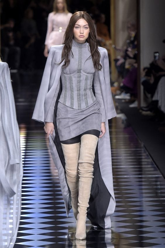 Gigi Hadid on the catwalk, Alexander mcqueen fall 2016, fetish moda 2016, theladycracy.it, elisa bellino, fashion blog 2016, fashion blogger 2016, fashion blogger italiane, fashion blogger famose, fetish trend 2016, bondage 2016,