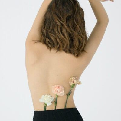 fiori sulla schiena foto artistica